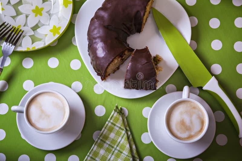 Bundt-Kuchen und zwei Tasse Kaffees stockbilder