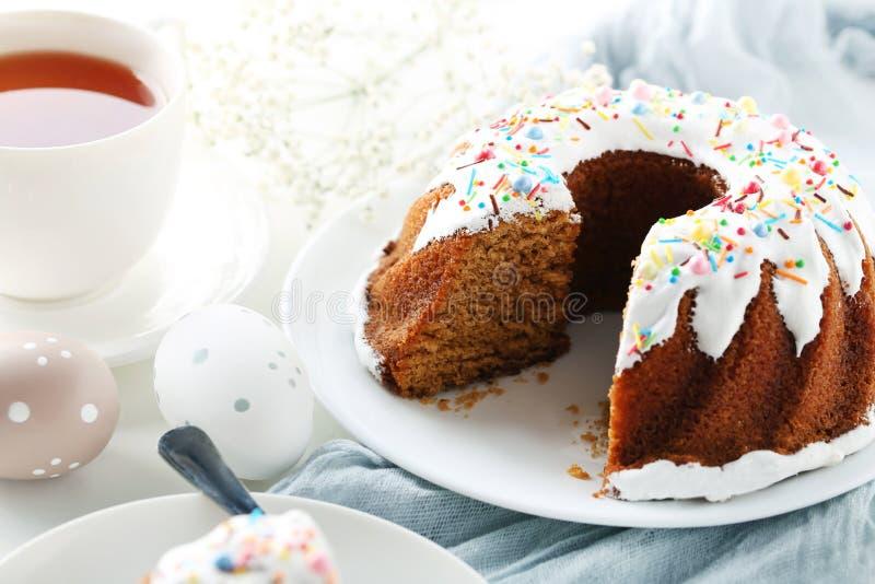 Bundtcake met paaseieren stock afbeelding