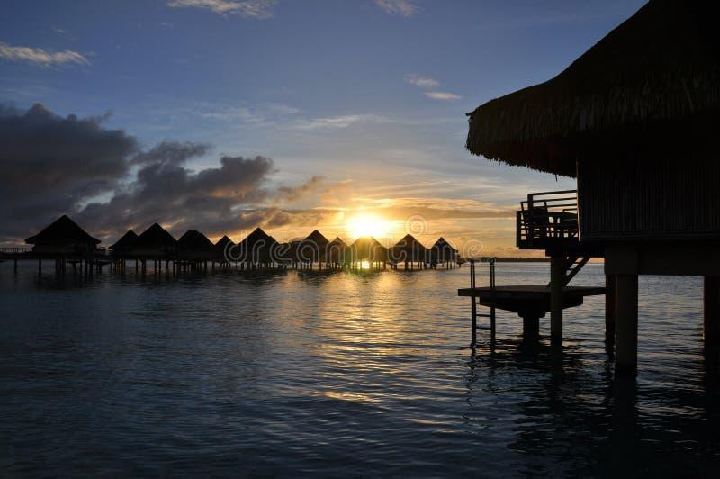 bungalowów overwater wschód słońca zdjęcie stock