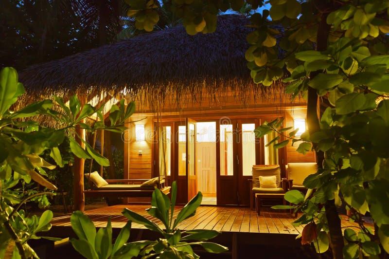 Bungalow al tramonto - Maldives della spiaggia fotografia stock libera da diritti