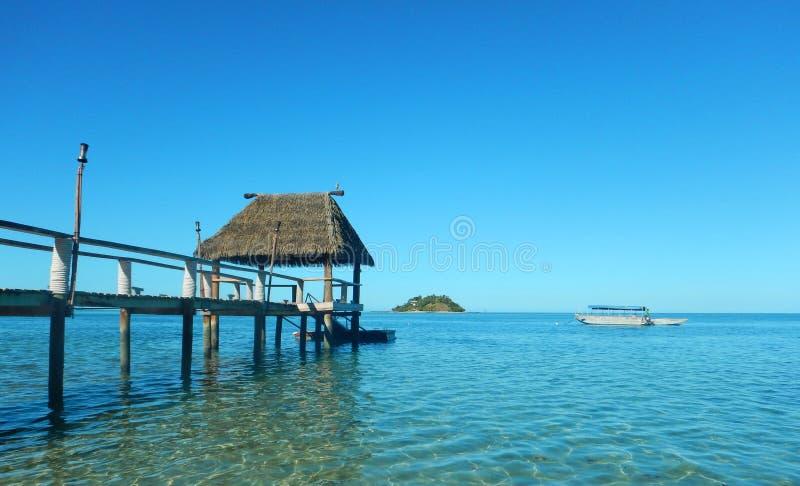 Bungalow da lagoa do cais da ilha de Fiji imagem de stock royalty free