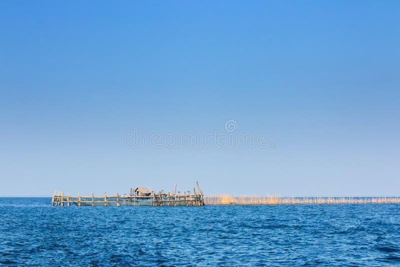 Bungalow dell'acqua del pescatore e gabbia di pesca al colpo Tabun, Petchab fotografie stock libere da diritti