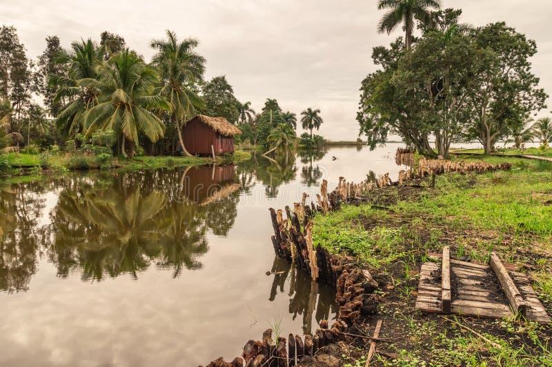 Bungalow dell'acqua dell'ospite, villaggio indiano del Guam, Cuba immagini stock libere da diritti