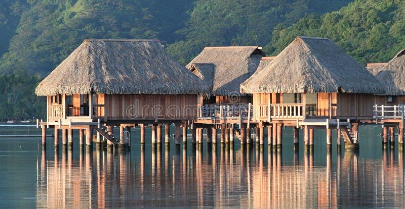 Bungalow dell'hotel sopra la laguna di Moorea fotografia stock libera da diritti