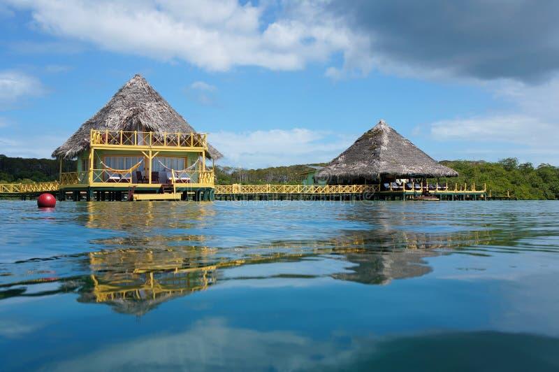 Bungalow e restaurante tropicais sobre o mar imagens de stock royalty free