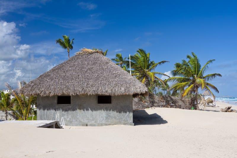 Bungalow em folha de palmeira do telhado na praia tropical foto de stock