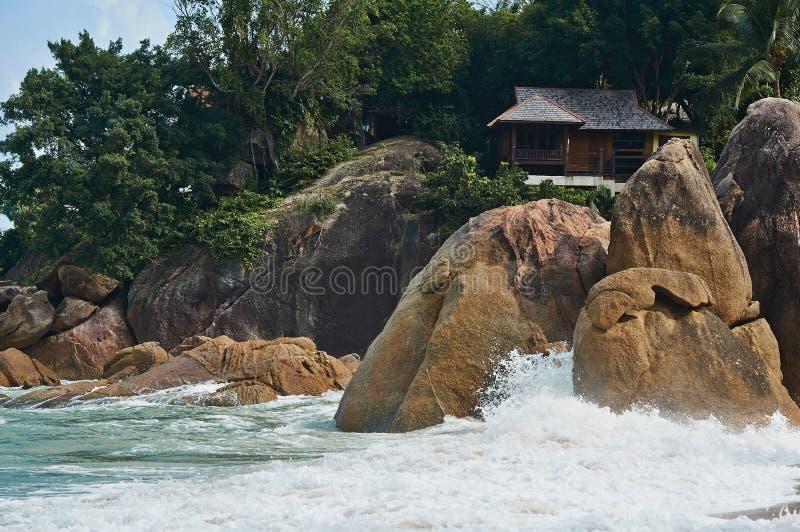 Bungalow en rotsen stock afbeeldingen