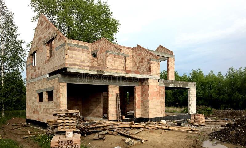 Bungalow moderno sob a construção imagem de stock