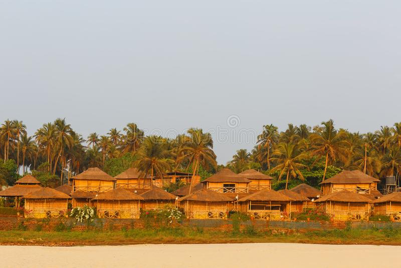 Bungalow na wybrzeżu morze, sieci domy od bambusowej płochy i palma liściach, Wygodna plaża, Goa, India obraz royalty free