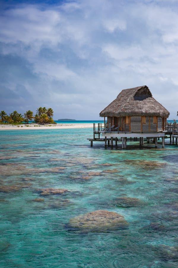 Bungalow sobre el agua de lujo en laguna tropical fotos de archivo libres de regalías