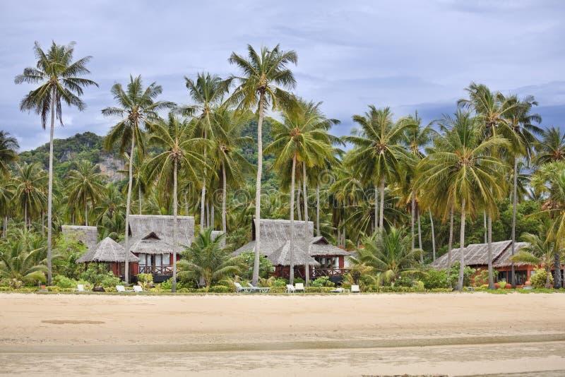 Bungalowe auf einem tropischen Strand. lizenzfreies stockbild