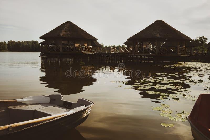 Bungalower på sjön och fartyg i sommar arkivfoto
