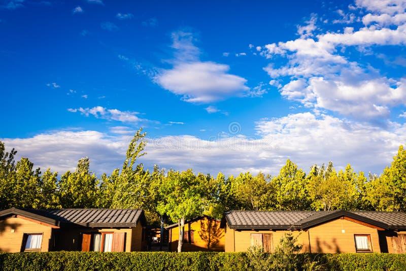 Bungalows, case di legno portatili, in una località turistica estiva immagini stock libere da diritti