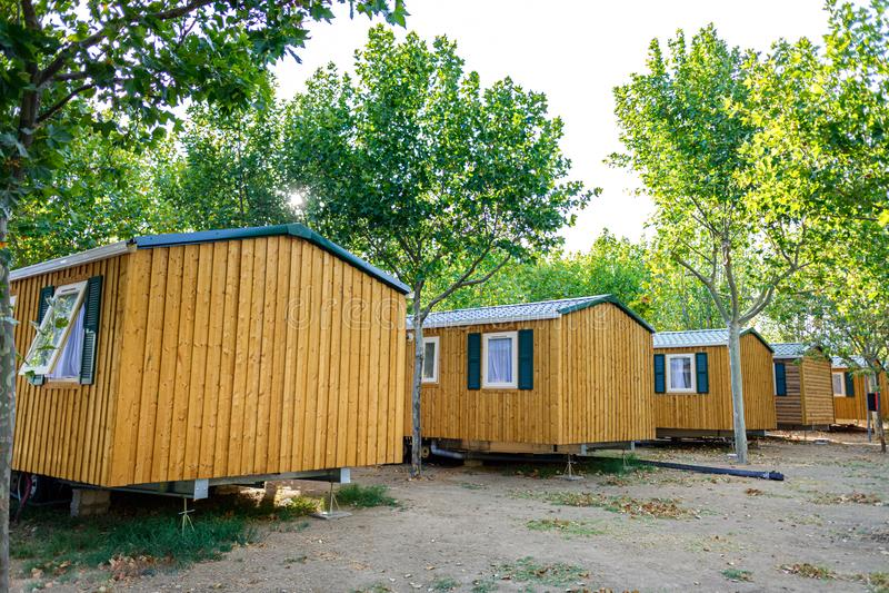 Bungalows, case di legno portatili, in una località turistica estiva immagine stock