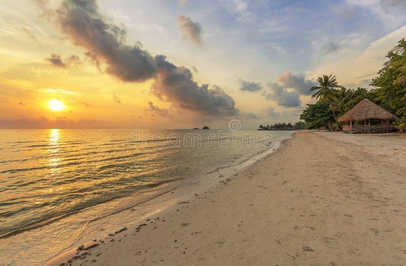 Bungalows en una playa tropical fotografía de archivo libre de regalías
