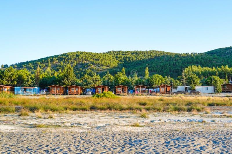 Bungalows nähern sich See Salda lizenzfreie stockfotografie