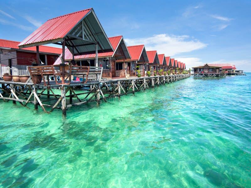 Bungalows na ilha de Mabul, Sabah, Malásia foto de stock