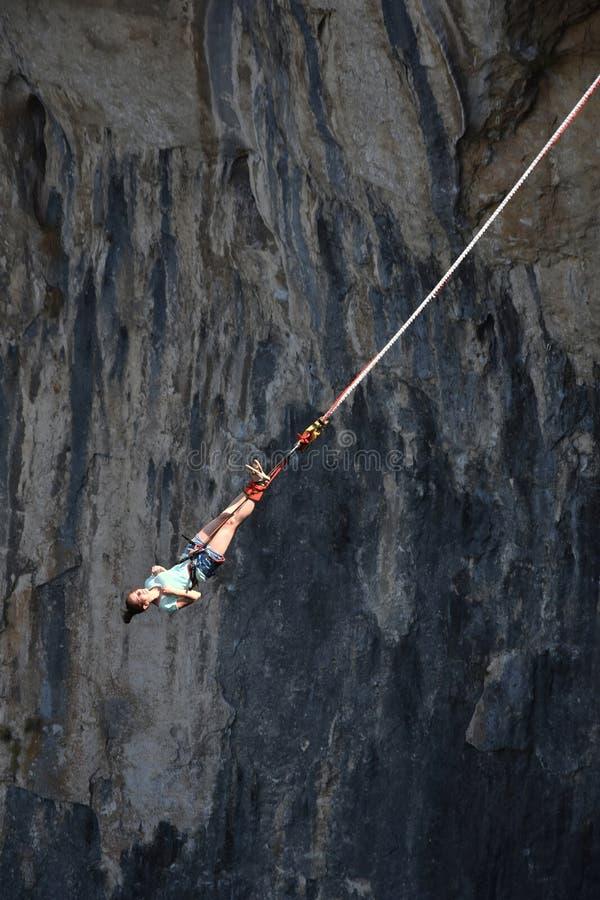Bungee скача в пещеру Prohodna стоковое изображение