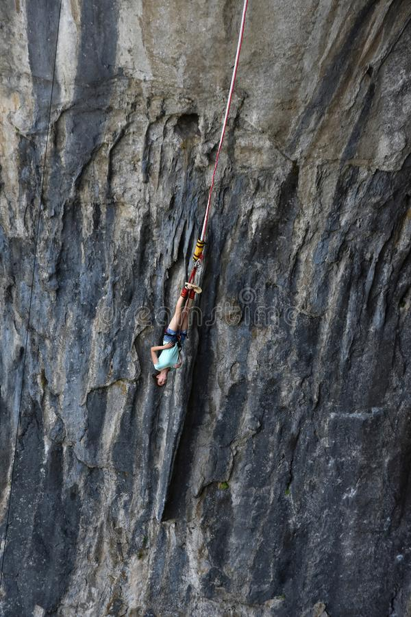 Bungee скача в пещеру Prohodna стоковые изображения rf