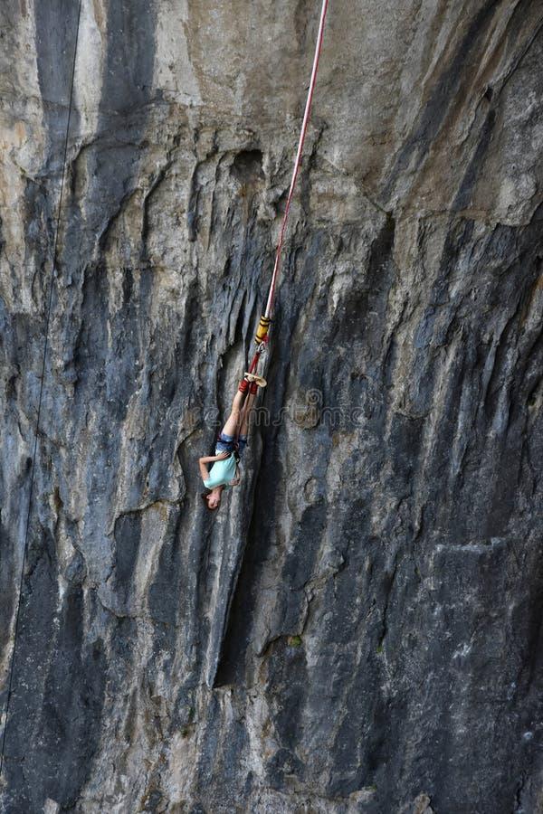 Bungee jumping in caverna di Prohodna immagini stock libere da diritti