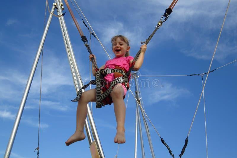 Bungee jumping della ragazza su un trampolino fotografia stock