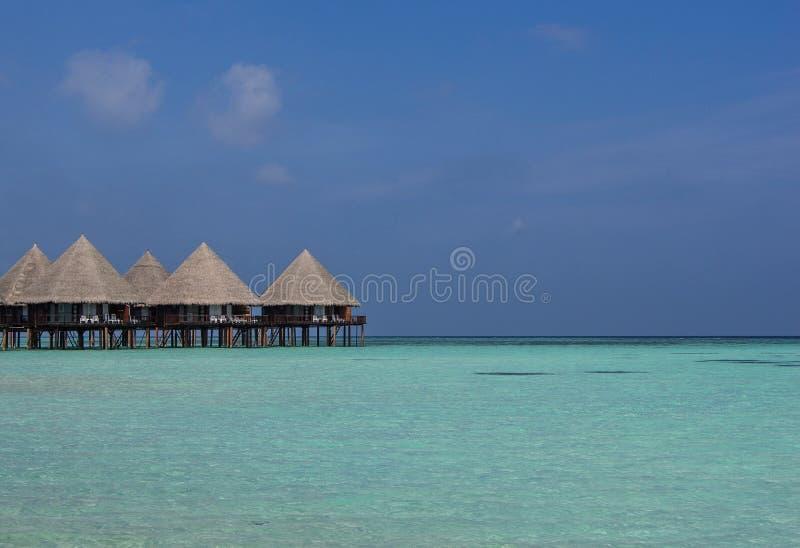 Bungelows sui trampoli sopra le chiare acque delle Maldive