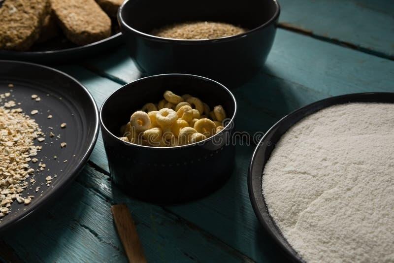 Bunkar av olika frukostsädesslag arkivbilder