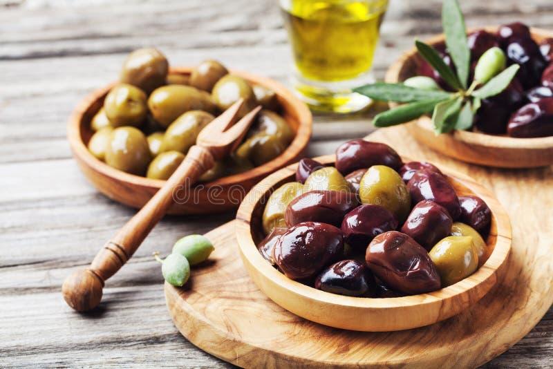 Bunkar med marinerade oliv Medelhavs- mellanmål eller aptitretare arkivfoto