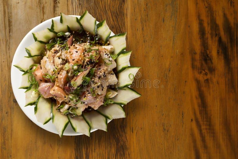 Bunke av chirashisushi med den blandade rå fisken och laxen royaltyfri foto