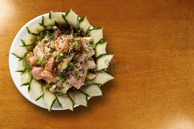 Bunke av chirashisushi med den blandade rå fisken och laxen royaltyfria foton