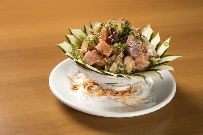 Bunke av chirashisushi med den blandade rå fisken och laxen arkivfoton