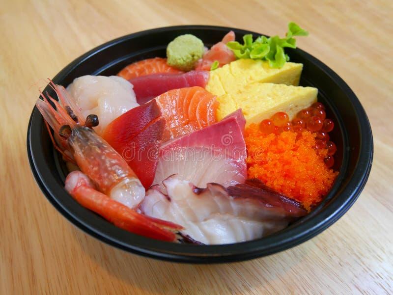 Bunke av den blandade rå fisken på ris arkivfoton