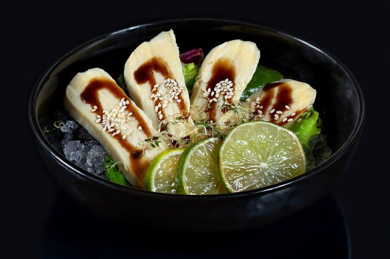 Bunke av den nya japanska sashimien av tamagoen med limefrukt på is royaltyfri foto