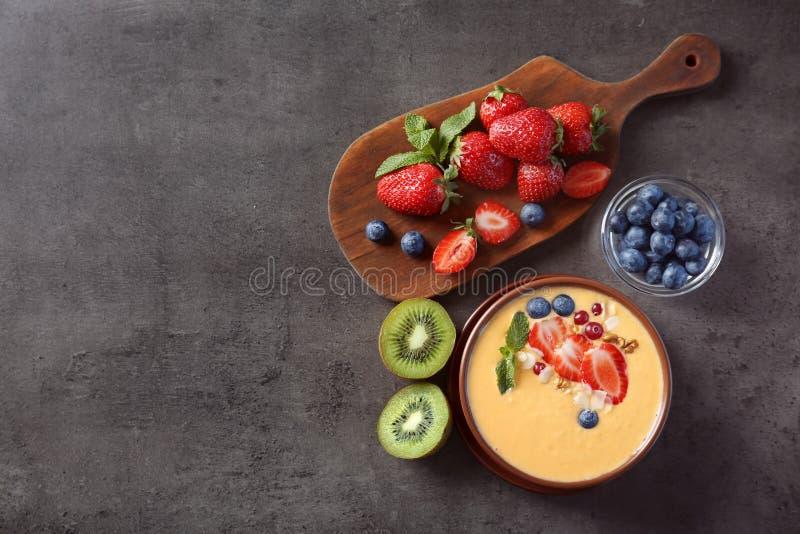 Bunke av den nya yoghurtsmoothien med frukter royaltyfri bild