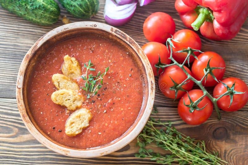 Bunke av gazpacho på trätabellen royaltyfri bild