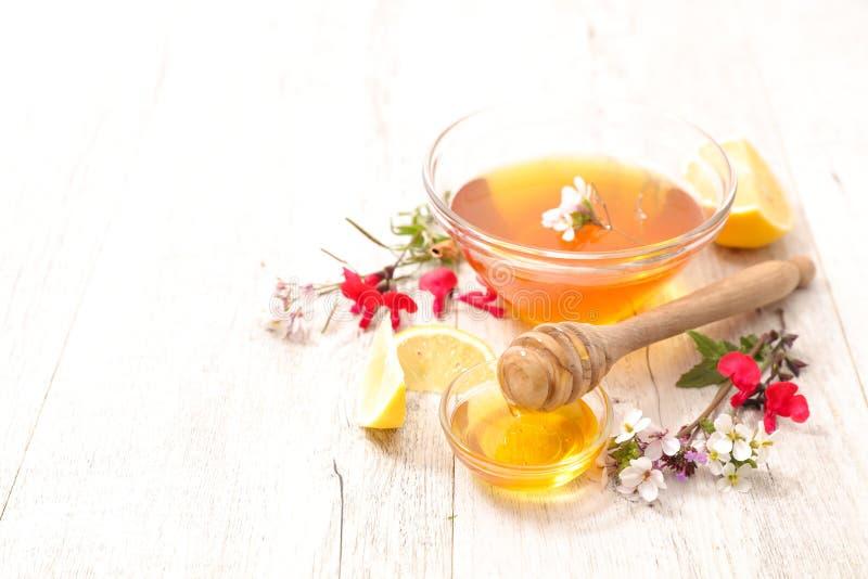 Bunke av honung med blommor royaltyfria foton