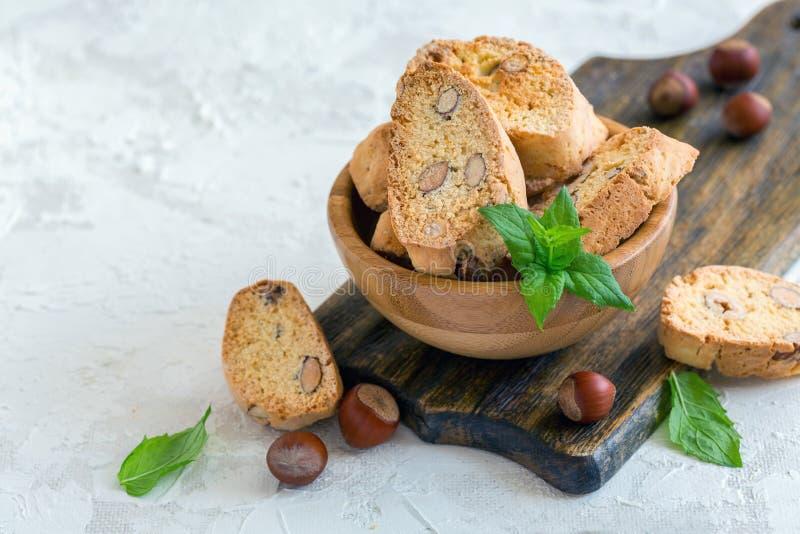 Bunke av italienska kakor med mandlar och hasselnötter arkivfoto