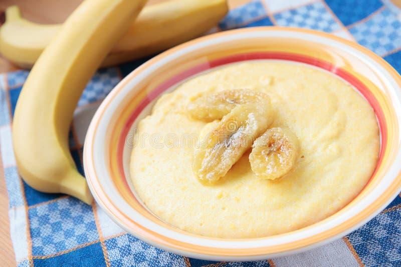 Bunke av maizeporridge med bananer royaltyfria foton