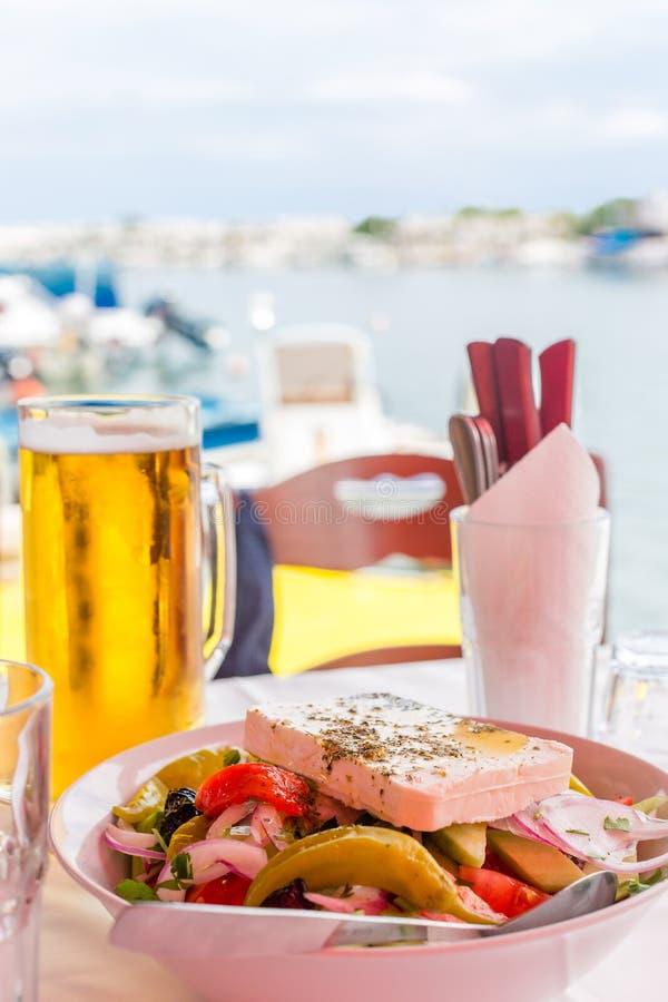 Bunke av ny grekisk sallad med fetaost Grekisk sallad och  royaltyfri fotografi