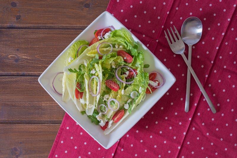 Bunke av sallad med gr?nsaker och gr?splaner p? tr?tabellen royaltyfria foton