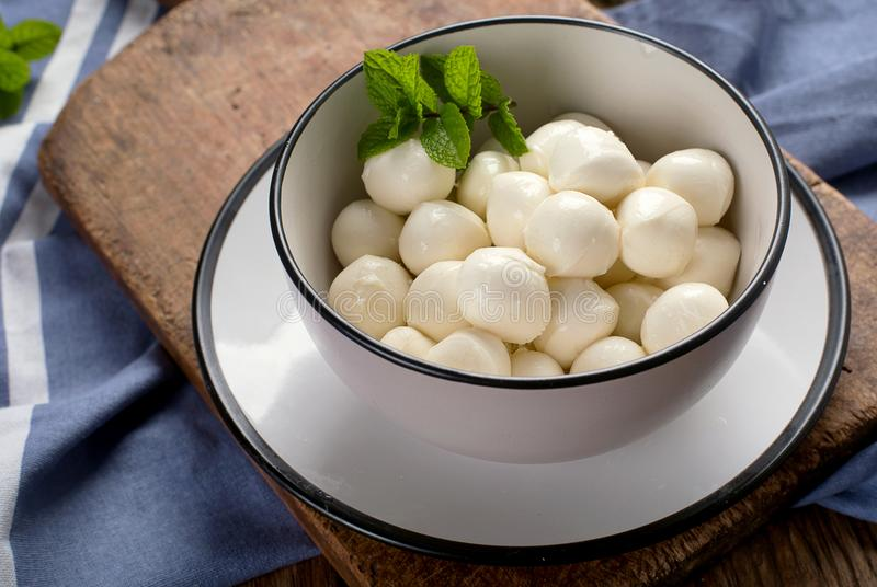 Bunke av små mozzarellabollar arkivfoton