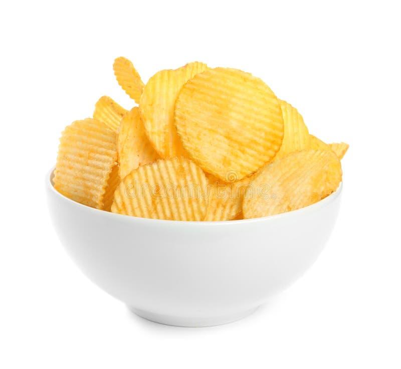 Bunke av smakliga ridged potatischiper royaltyfria bilder