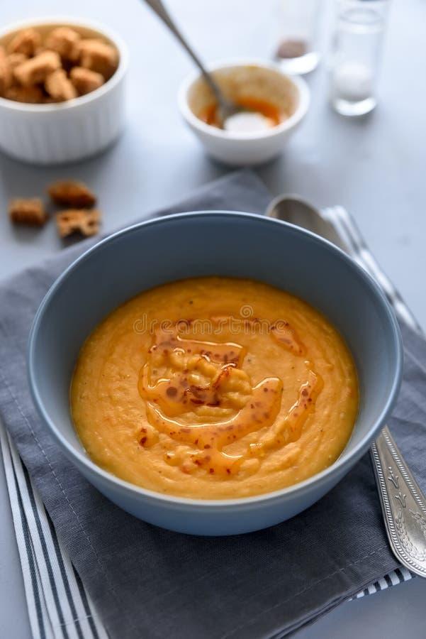 Bunke av soppa för röd lins på grå träbakgrund Vegetariskt matbegrepp arkivfoton