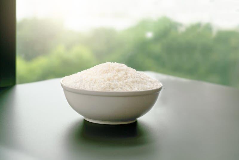 Bunke av vita ris för jasmin på gula bakgrunder fotografering för bildbyråer
