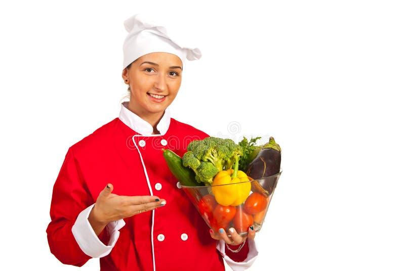 Bunke för kvinnakockinnehav med grönsaker fotografering för bildbyråer