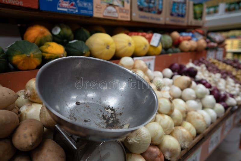 Bunke för skala för jordbruksprodukterskalametall i livsmedelsbutikjordbruksprodukteravsnitt arkivfoto
