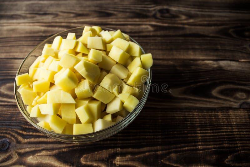 Bunke med den cutted nya potatisen royaltyfri bild