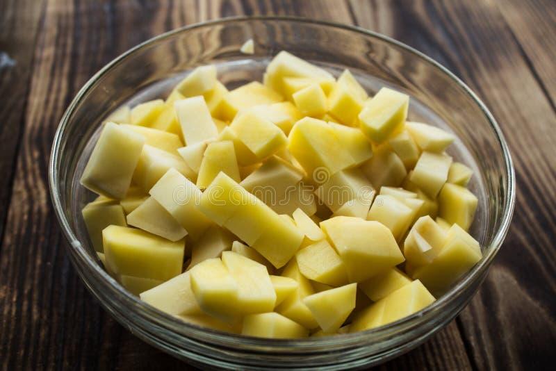 Bunke med den cutted nya potatisen royaltyfri fotografi