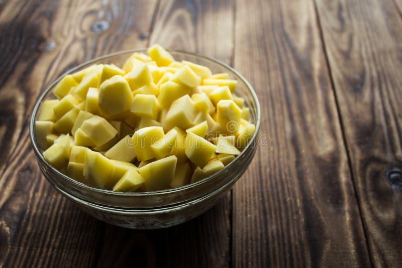 Bunke med den cutted nya potatisen royaltyfri foto