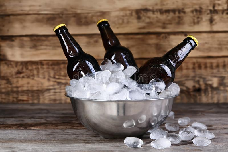 Bunke med flaskor av öl i is royaltyfria foton